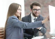 Коллеги обсуждая информацию на компьютере Стоковые Изображения