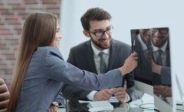 Коллеги обсуждая информацию на компьютере Стоковые Фотографии RF