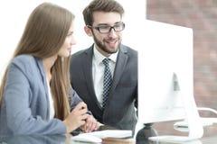 Коллеги обсуждая информацию на компьютере Стоковое Изображение RF