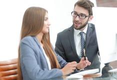 Коллеги обсуждая информацию на компьютере Стоковое фото RF