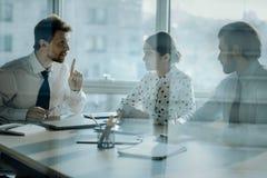 2 коллеги обсуждая работу с боссом в офисе Стоковые Фото