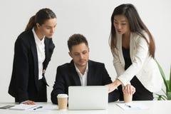 Коллеги обсуждая стратегии бизнеса совместно Стоковое Изображение