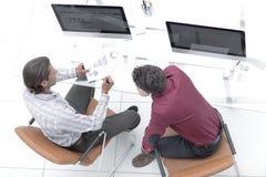 Коллеги обсуждая финансовые данные Стоковая Фотография RF