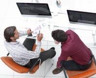 Коллеги обсуждая финансовые данные Стоковые Изображения