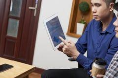 Коллеги обсуждая финансовые документы стоковые фото