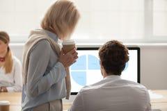 Коллеги обсуждая финансовые статистик маркетинга на scree ПК Стоковая Фотография RF