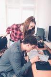 Коллеги планируя процесс производительной деятельности стоковые изображения rf