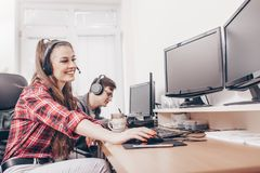 Коллеги работая в офисе с шлемофоном стоковые изображения rf