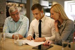 3 коллеги работая совместно в кафе Стоковое Фото
