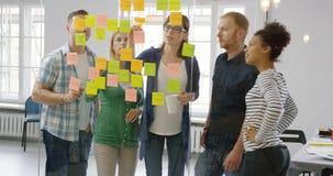 Коллеги работая совместно в современном офисе Стоковая Фотография