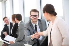 Коллеги рукопожатия на встрече в офисе Стоковое Изображение RF
