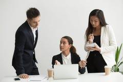 Коллеги тренировки руководителя группы в офисе Стоковое Фото