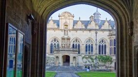 Коллеж Oriel, Оксфордский университет, парадные ворота и традиционные здания стоковые фото