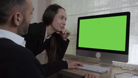 Коллективно обсуждать в офисе видеоматериал
