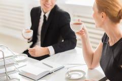 Коллективно обсуждать чашкой чаю Стоковые Изображения