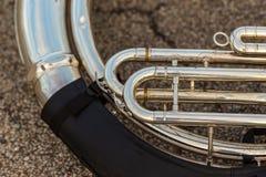 Колодец использовал sousaphone отдыхая на том основании во время маршируя запрета стоковое фото