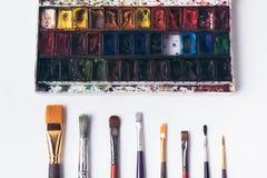 Колодец организовал кисти и краски акварели на белизне Стоковая Фотография RF