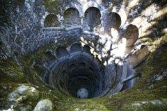 Колодец Iniciatic в Quinta da Regaleira, Sintra, Португалии, 2012 стоковые фотографии rf