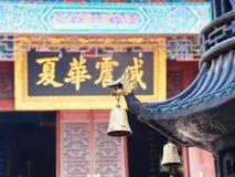 Колоколы в китайском виске r Перемещение в городе Jingzhou стоковые фото