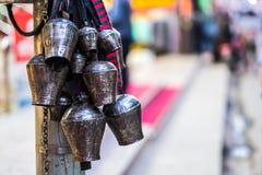 Колоколы металла вися в буддийском виске Стоковая Фотография RF