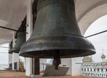 Колоколы на колокольне собора предположения в Ростов Кремле, Ростов, области Yaroslavl, Russiac стоковая фотография rf