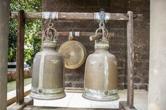 Колоколы старого виска Wat Phrathat Phu Khao, ple на холме на SOP Ruak, северном Таиланде стоковая фотография rf