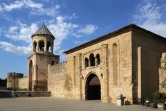 Колокольня и ворота одиннадцатого века в крепостной стене окружая собор Svetitskhoveli стоковая фотография rf