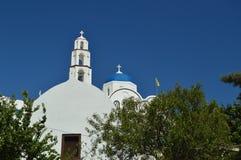 Колокольня и главный фасад красивой церков Pyrgos Kallistis на острове Santorini Перемещение, круизы, архитектура, стоковое изображение