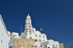 Колокольня и главный фасад красивой церков Pyrgos Kallistis на острове Santorini Перемещение, круизы, архитектура, стоковое фото rf