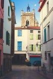 Колокольня и старые средневековые дома барвинка, французская деревня в Estern Пиренеи стоковые изображения