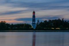 Колокольня на береге озера стоковые фотографии rf