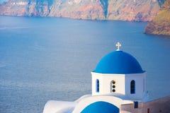 Колокольня православной церков церков на Santorini, Греции Предпосылка лета медового месяца эгейская cycladic Стоковое Изображение RF
