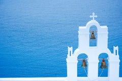 Колокольня православной церков церков на Santorini, Греции Предпосылка лета медового месяца эгейская cycladic Стоковая Фотография