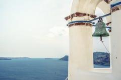 Колокольня православной церков церков на Santorini, Греции Предпосылка лета медового месяца эгейская cycladic Стоковое Фото