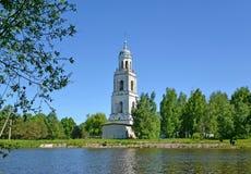 Колокольня собора святой троицы XVIII век на речном береге Pertomki Poshekhonje, зона Yaroslavl стоковое изображение