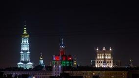 Колокольня собора Uspenskiy Sobor предположения, муниципалитета и дома с timelapse ночи шпиля внутри акции видеоматериалы