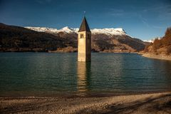 Колокольня di Curon Venosta, или колокольня alt-Graun, Италии Стоковая Фотография RF