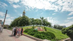 Колокольня hyperlapse timelapse Uspenskiy Sobor собора предположения с flowerbed, Харьковом, Украиной акции видеоматериалы