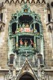 Колокольчик перезвоны часов новой ратуши, ратуши marienplatz munich Gemany стоковая фотография