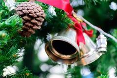 Колокол звона рождества и конус сосны Стоковые Фото