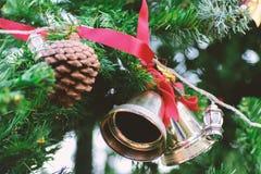 Колокол звона рождества и конус сосны Стоковые Изображения RF