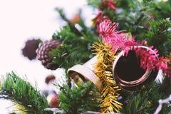 Колокол звона рождества и конус сосны Стоковые Фотографии RF
