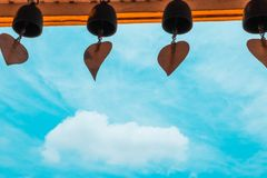 Колокол и небо в виске стоковые фотографии rf