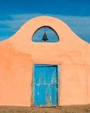 Колокол над голубой дверью стоковые изображения rf