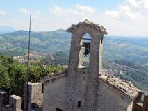 Колокол на церков и наклоне стоковые фото