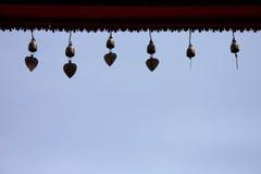 колокол окаймляет щипец золотистый стоковое изображение
