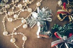 Колокол украшений рождественской елки, шариков блеска кристаллический, серебряных и золотых, серебряные ботинки стоковое изображение rf