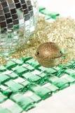 Колокол Jingle на шарике зеркала с зеленой плитой Стоковые Изображения
