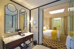 Колониальный гостиничный номер хлева с классическим дизайном bathroom и элегантной спальней стоковое изображение rf