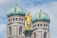Колонка Mariensäule в Мюнхен, Германии. Стоковое Изображение RF